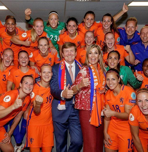 Willem-Alexander et Maxima avec les joueuses néerlandaises après leur victoire.