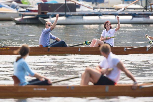William victorieux après une course en bateau en Allemagne en juillet 2017. Kate se tient au premier plan.