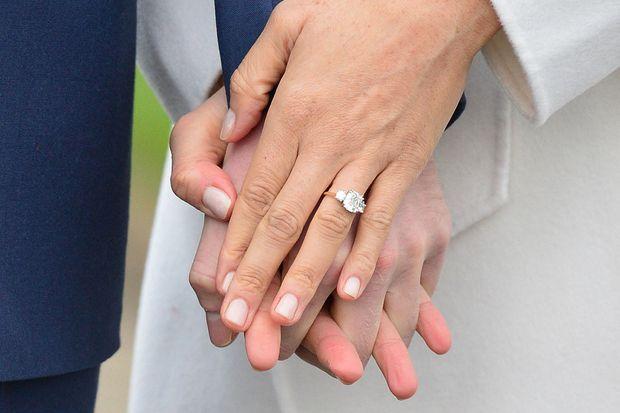 Harry et Meghan montrant sa bague de fiançailles ornée de bijoux ayant appartenu à Diana lors de l'annonce officielle le 27 novembre 2017 à Londres