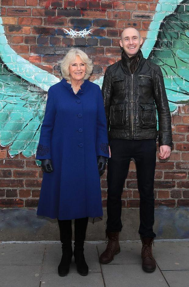 La duchesse de Cornouailles Camilla avec l'artiste Paul Curtis à Liverpool, le 12 février 2019