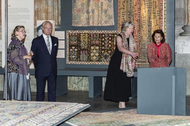 Le roi Carl XVI Gustaf et la reine Silvia de Suède lors de l'inauguration de l'exposition des œuvres de Märta Måås-Fjetterström au Palais royal à Stockholm, le 11 octobre 2019