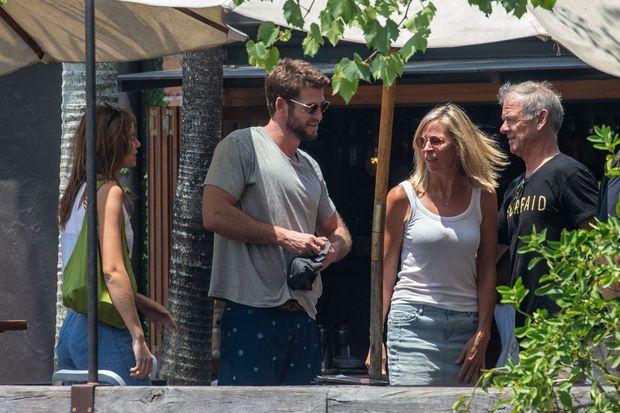 Liam Hemsworth au côté de Gabriella Brooks et ses parents Leonie et Craig à Byron Bay, en Australie, le 16 décembre 2019