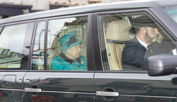 La reine Elizabeth II retourne au château de Windsor après l'office religieux, le 15 mars 2020