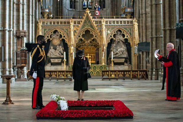 La reine Elizabeth II avec son écuyer le major Nana Kofi Twumasi-Ankrah, le 4 novembre 2020