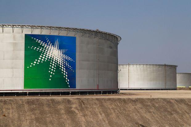 Le logo de Saudi Aramco sur un réservoir, sur le site d'Abqaiq, le 12 octobre. Les installations ont été visées par une attaque de drones mi-septembre.
