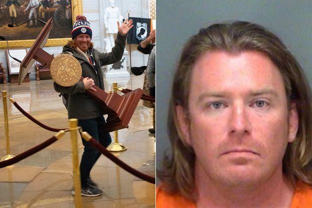 Adam Johnson a été arrêté. Il a volé le pupitre de la présidente de la Chambre des représentants.