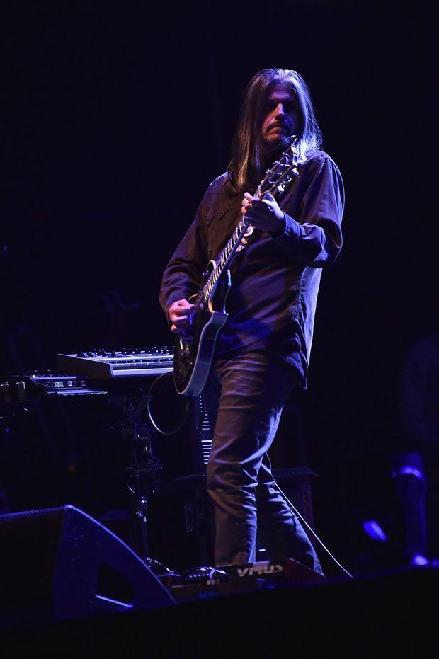 Adam Jones, guitariste de Tool, sur scène à New York en 2017.