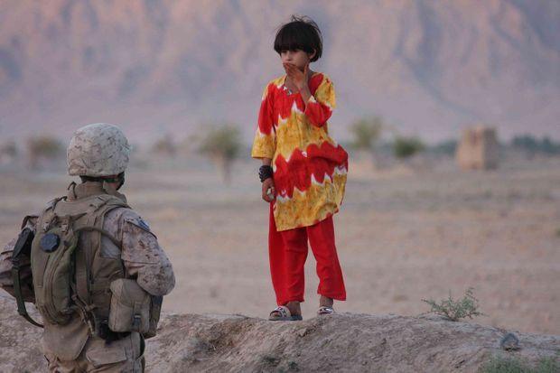 <strong>Now-Zad, Afghanistan. 9 août 2009.</strong><emphasize>Une fillette pashtoune croise un US Marines au cours d'une patrouille dans une zone très volatile de la province du Helmand, d'où les talibans ont pratiquement chassé l'Otan depuis plusieurs années.</emphasize>
