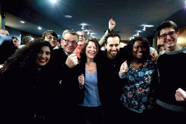 Agnès Buzyn, nouvelle candidate LREM aux municipales, avec Mounir Mahjoubi, l'équipe de campagne et des militants au café Mon Paris, le 16 février.