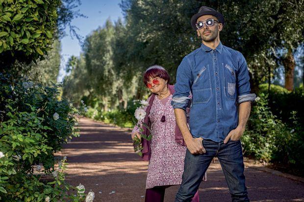Dans le jardin de La Mamounia, Agnès Varda et l'artiste JR entretiennent des liens quasi filiaux depuis le tournage de leur documentaire « Visages, villages », Œil d'or au Festival de Cannes 2017.