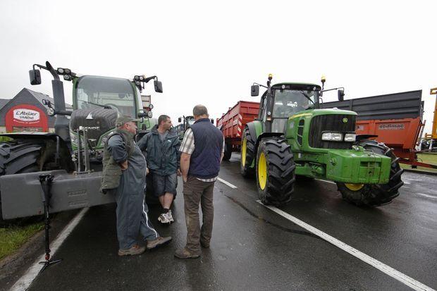 La route d'accès au Mont Saint-Michel était bloquée mardi matin par les éleveurs en colère.