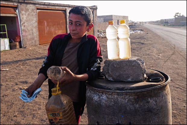 Ahmed, 12 ans, sur son stand de vente au détail. Il est fier de gagner quelque 6000 livres syriennes par jour, l'équivalent de 3,90 euros, de quoi se nourrir sommairement.