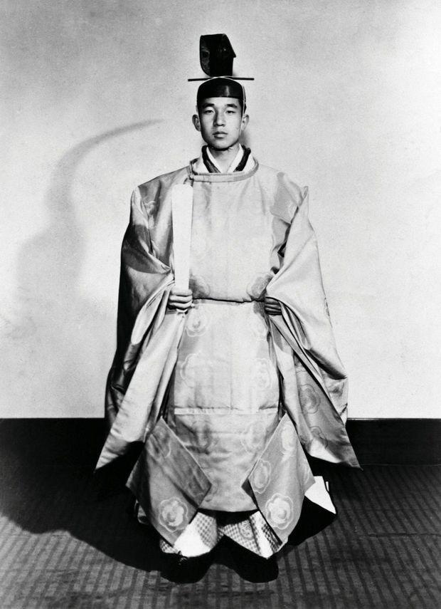 Akihito en costume traditionnel, intronisé prince héritier le 10 novembre 1952.