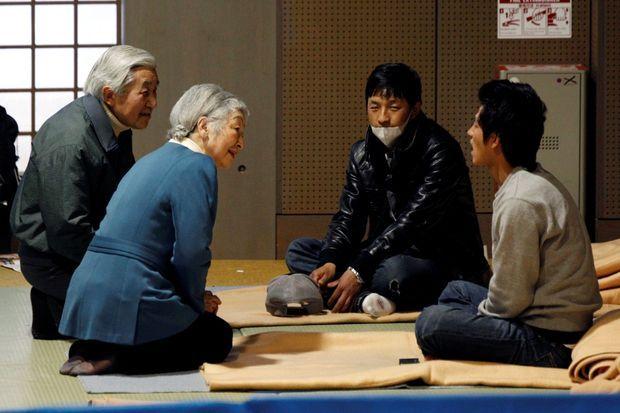 L'empereur Akihito et l'impératrice Michiko avec des sinistrés du tsunami à Tokyo, le 30 mars 2011