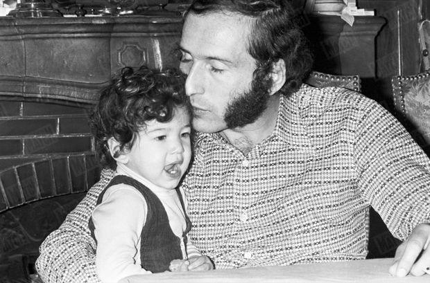 Alain Colas et sa fille Vaïmiti chez eux, à Clamecy dans la Nièvre, en novembre 1975.