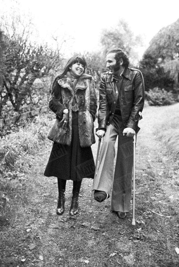 Alain Colas et son épouse Teura chez eux, à Clamecy dans la Nièvre, en novembre 1975.