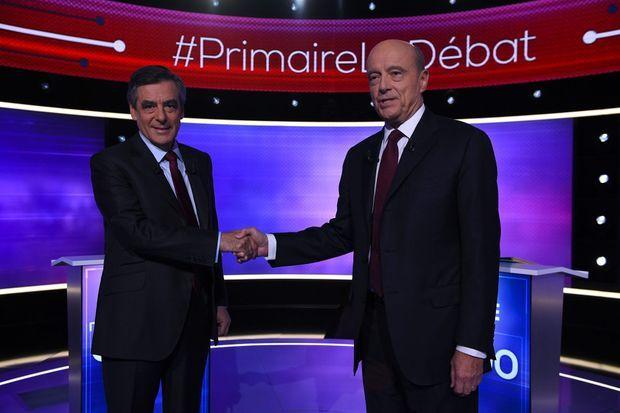 François Fillon et Alain Juppé se saluent, jeudi soir, avant le début du débat.