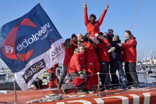 Le skipper Alan Roura, La Fabrique, célébrant son arrivée du Vendee Globe avec son équipe, le 12 Février 2021.