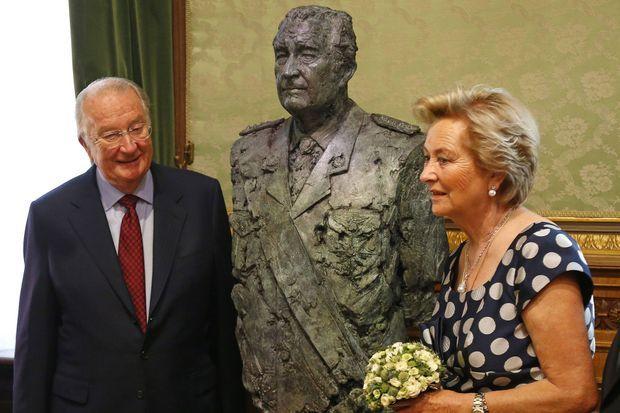 Albert II et Paola devant le buste du roi, au Sénat.