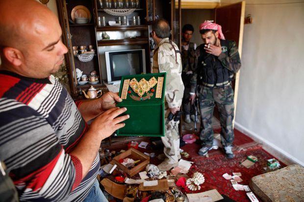 Les insurgés syriens relèvent des symboles religieux chiites dans un appartement abandonné sur le front du quartier Cheikh Maqsoud.