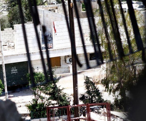 Un portrait de Bachar El Assad sur un avant poste de l'armée gouvernementale, aperçu depuis les lignes rebelles.