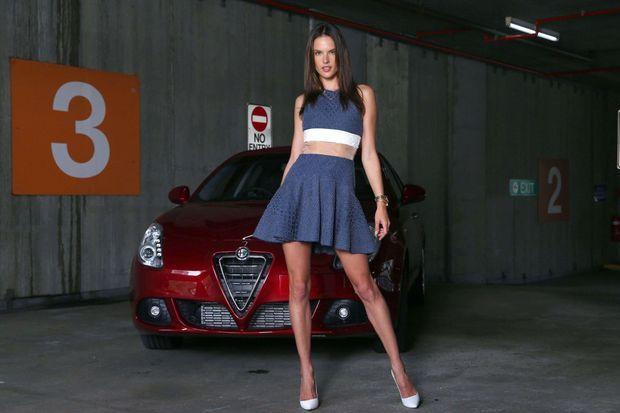 Alessandra Ambrosio pose pour la marque Alex Perry, ce weekend à Sydney.