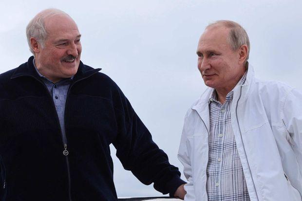 Alexandre Loukachenko et Vladimir Poutine à Sotchi, le 29 mai 2021, sur des images diffusées par le Kremlin.