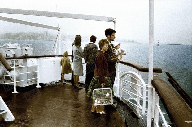Un bébé dans les bras, la cage aux oiseaux et le regard perdu : Les époux Tisson, sur le pont du paquebot «Ville de Marseille », avec leur fille de 12 mois et leurs perruches, le 23 mai 1962, regardent s'éloigner leur terre d'adoption. Maurice Jarnoux et Dominique Lapierre, en reportage pour Paris Match, décrivent le désarroi de ce couple d'expatriés qui avait appris à aimer l'Algérie : « Ils vivaient à Aruba, dans la Mitidja, et venaient d'acheter leur première salle à manger. ».