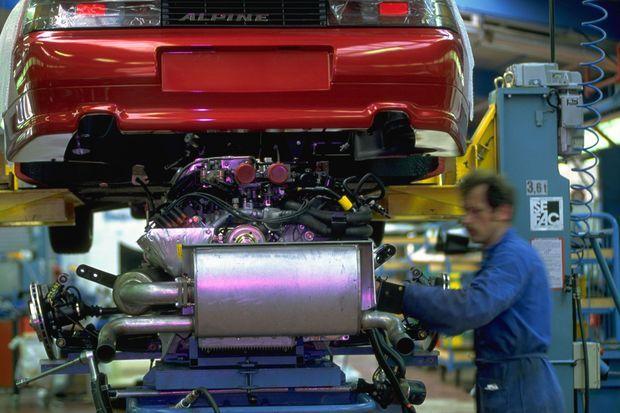 Un ouvrier s'affaire sur le moteur d'une Alpine A610, dans l'usine de Dieppe, en septembre 1992. L'usine, citée parmi les sites menacés, produit aujourd'hui la nouvelle berlinette, signe de renaissance de la marque sportive.