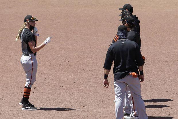 Alyssa Nakken, le 14 juillet dernier, donne des instructions aux joueurs des Giants.