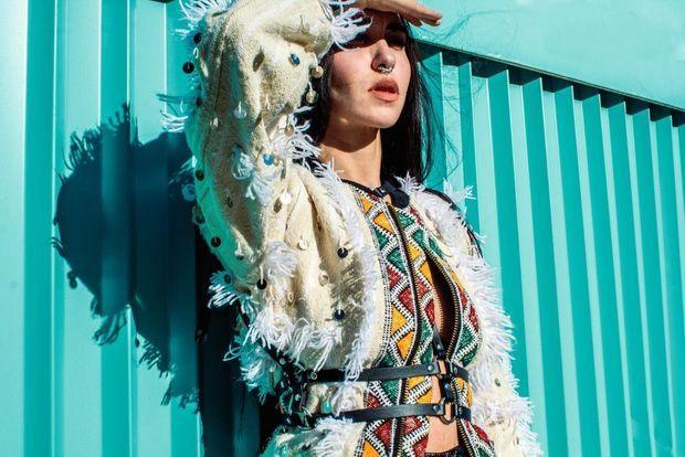 Gros plan sur une veste de la collection Amazigh Power, qui, elle, revisite la tradition berbère.