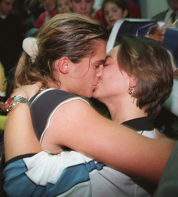 Le baiser de la victoire pour Sylvie et Amélie Mauresmo, après un match à l'Open Gaz de France en février 1999.