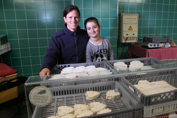 Amélie, productrice de Neufchâtel, avec sa fille Alice sur le marché. Chaque jour, elle fabrique 1 200 de ces fromages en forme de cœur, qu'elle risque de devoir jeter.