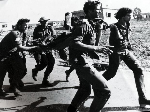Amos Gitai (à dr.), 23 ans, en pleine guerre du Kippour, en 1973. Au sein d'une unité d'évacuation par hélicoptère, il sera blessé par un missile syrien.