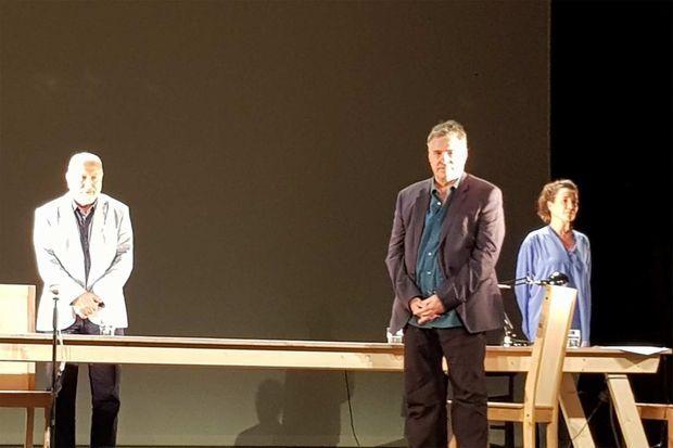 Amos Gitaï sur la scène de l'Espace Cardin.