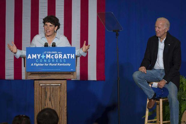 Amy McGrath et Joe Biden lors d'un meeting à Owingsville, dans le Kentucky, le 12 octobre 2018.