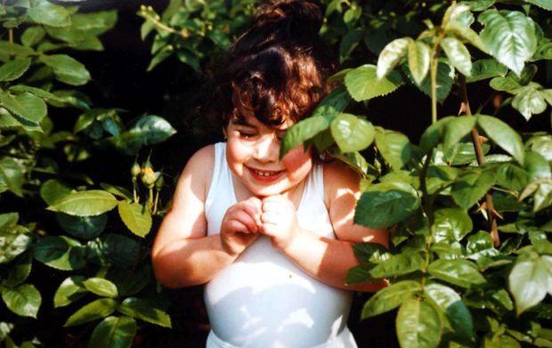 1987, Amy a 4 ans. La petite fille rondelette qui adorait chanter a grandi à Londres entourée de ses parents, Mitch et Janis, et de son frère, Alex.