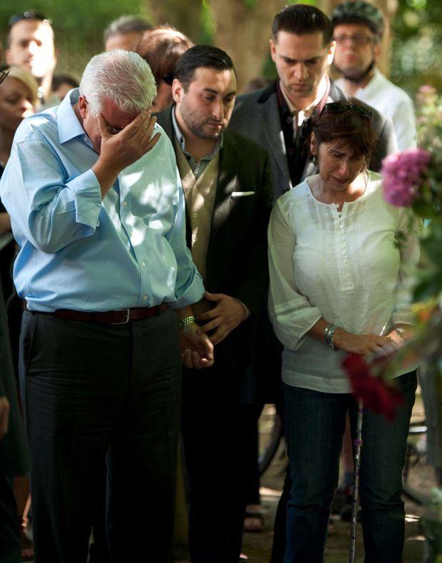 Les parents d'Amy Winehouse, Mitch et Janis, pleurent la mort de leur fille, devant les fleurs déposées par ses fans, à Camden Square, le 25 juillet 2011.
