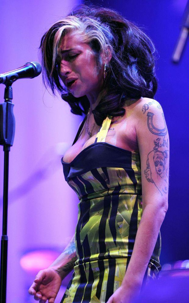 A Belgrade, ce 18 juin 2011, le public est venu écouter la voix chaude et profonde de la dernière diva de la soul. Au pied de la frêle silhouette titubante, 20 000 personnes applaudissent. Mais Amy ne parvient pas à chanter.