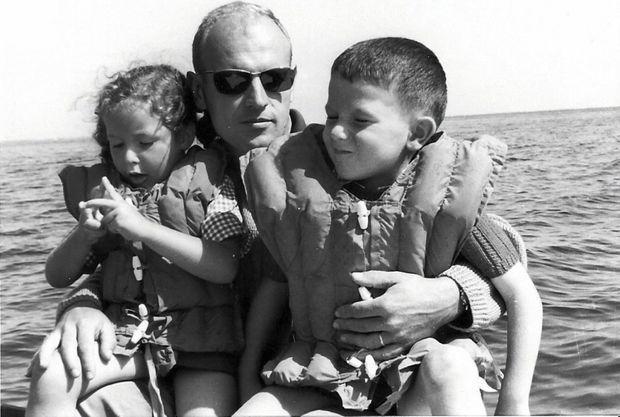 André Fauve, en 1966, avec son fils Hervé et sa fille Françoise. Il prendra le commandement de la « Minerve » début 1968.