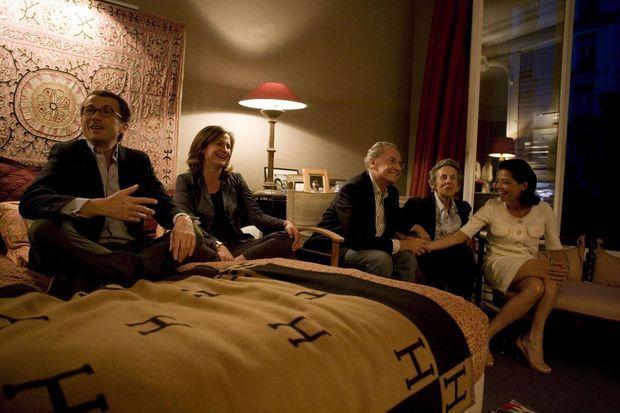 A Neuilly, chez François Sarkozy, vers 22 heures le soir du premier tour de la présidentielle de 2007. De g. à dr.: François Sarkozy, frère du candidat UMP, Caroline, leur demi-soeur, Pal, le père, Andrée, la mère, et Sophie, la femme de François.