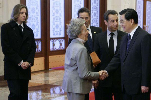 Le président chinois Hu Jintao salue la mère de Nicolas Sarkozy, Andrée, le 26 novembre 2007. A gauche, Pierre Sarkozy.