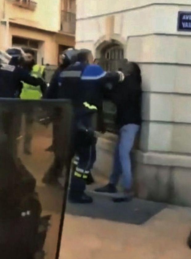À Toulon, le commandant de police Didier Andrieux (à g.) frappe à plusieurs reprises un homme au visage