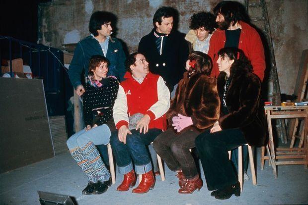 Anémone (à dr.) avec Coluche et sa bande du Café de la Gare, dans les années 1970. Debout, de g. à dr. : Gérard Lanvin, Roland Giraud et Martin Lamotte.