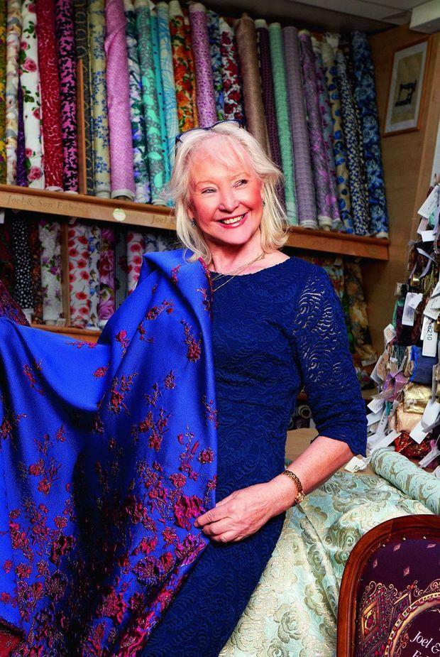 Angela Kelly chez Joel & Son Fabrics, fournisseur officiel des étoffes de la Reine.