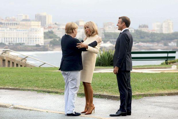 Angela Merkel, Brigitte et Emmanuel Macron sur l'esplanade du phare, le 24 août.