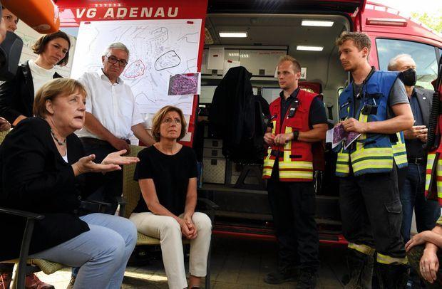 Angela Merkel en visite avec Malu Dreyer, ministre-présidente de Rhénanie-Palatinat (au centre), à Schuld, le 18 juillet.