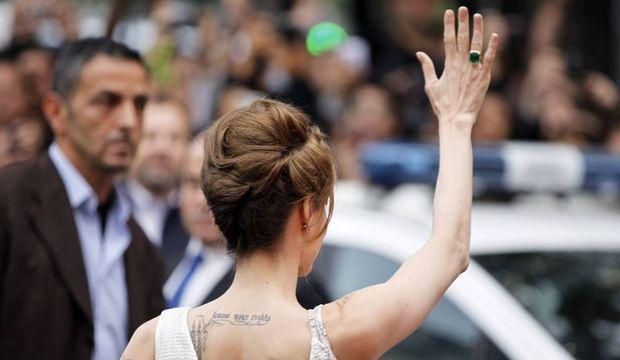 Angelina Jolie faisant coucou de dos-