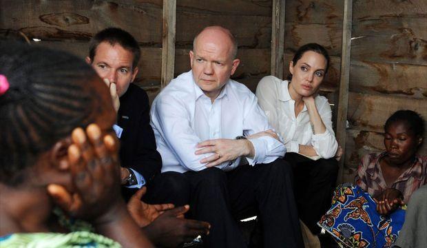 Le ministre des Affaires étrangères britannique, William Hague, aux côtés d'Angelina Jolie en République démocratique du Congo en mars 2013.