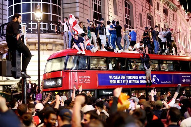 Des Anglais fêtent la qualification en finale de l'Angleterre, à Londres, le 7 juillet.